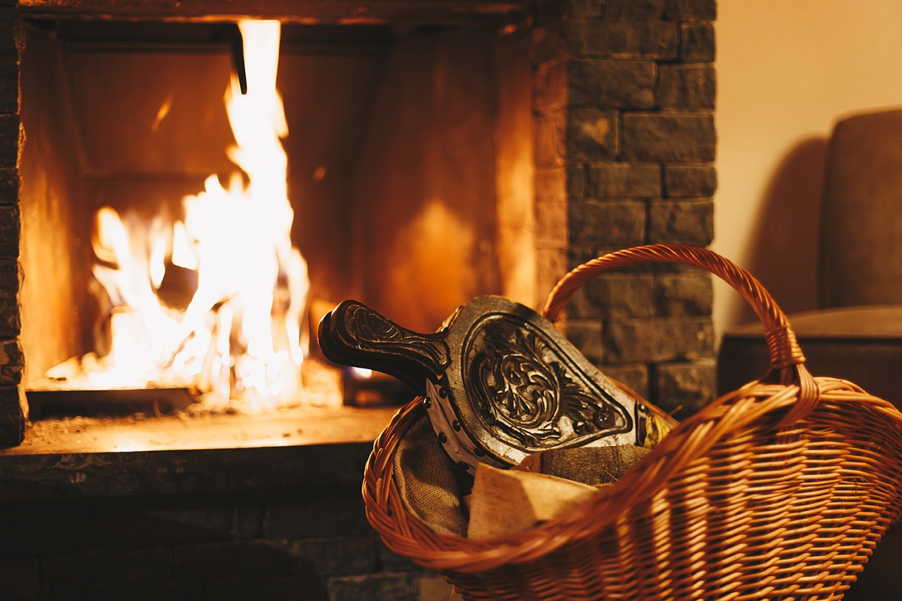 Soufflet devant un feu de cheminée