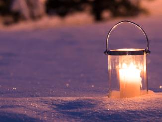 Lanterne hiver neige jardin