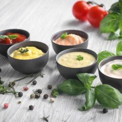 Différentes sauces dans des bols pour accompagner la viande