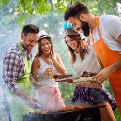 Amis faisant un barbecue